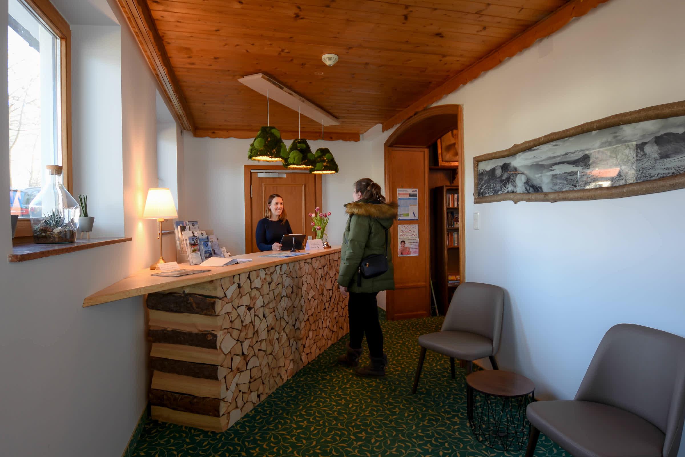 Rezeption im Seehotel zur Post Tegernsee